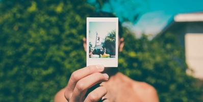 Cuando usted vaya a su Entrevista Consular, necesitará dos fotos idénticas de usted y de cada miembro de la familia que aplica para una Visa de Diversidad